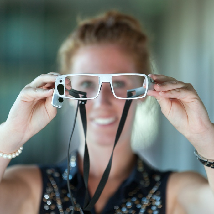 Studentin mit Eye Tracking Brille